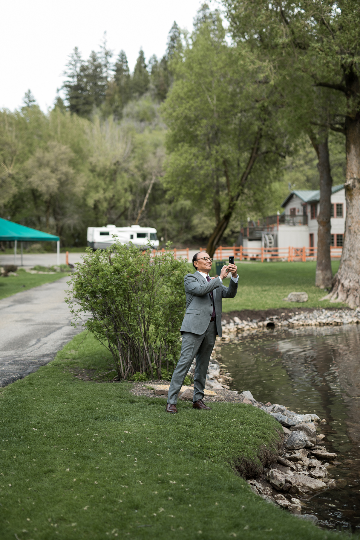 candid wedding photography at log haven