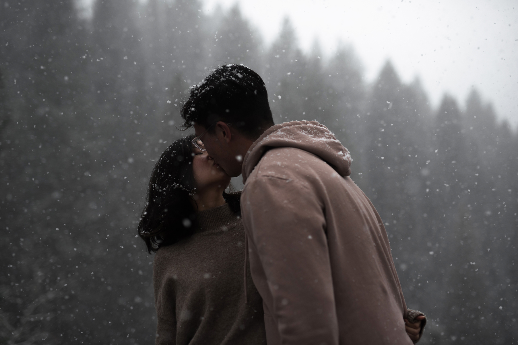 couple kissing in the snow in utah