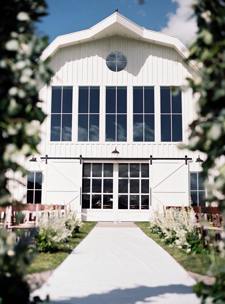 Summer wedding decor at River Bottoms Ranch